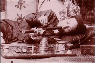 Người Việt xưa bên bàn đèn thuốc phiện.