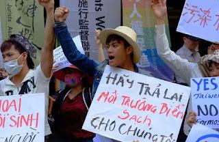 Những người Việt lao động tại Đài Loan phản đối Công ty Formosa ngay trước trụ sở công ty này ở Đài Bắc hôm 10/8/2016