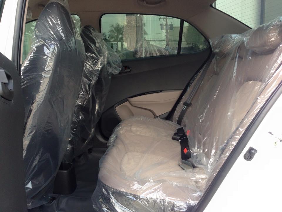 Nội thất xe Hyundai Grand i10 Sedan màu bạc 06