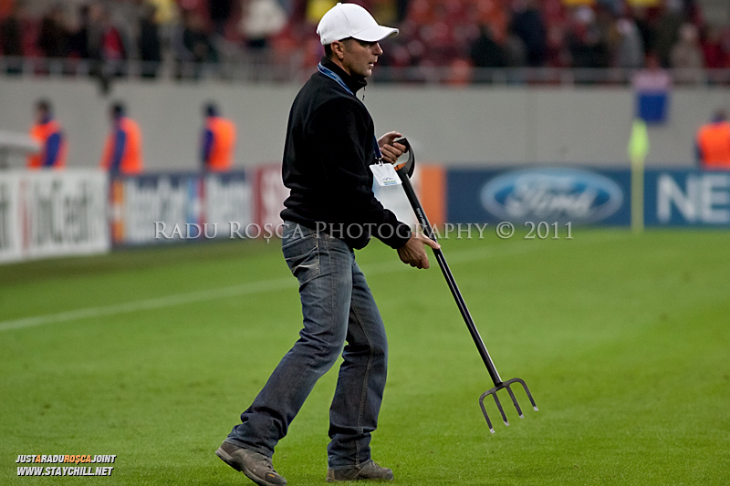 Un muncitor verifica gazonul in pauza meciului dintre FC Otelul Galati si Manchester United din cadrul UEFA Champions League disputat marti, 18 octombrie 2011 pe Arena Nationala din Bucuresti.
