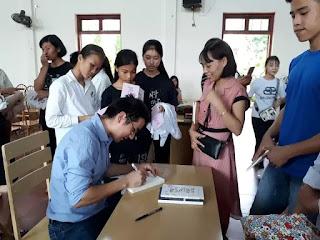Nhà nghiên cứu Nguyễn Quốc Vương ký tặng sách cho độc giả