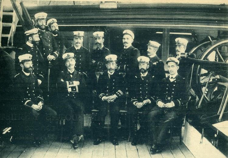 En la foto Oficiales y Jefes del ALFONSO XII, se aprecia su Comandante el Capitán de Navío D. Manuel de Eliza y Vergara. EL MUNDO NAVAL ILUSTRADO. Año 1.897.JPG