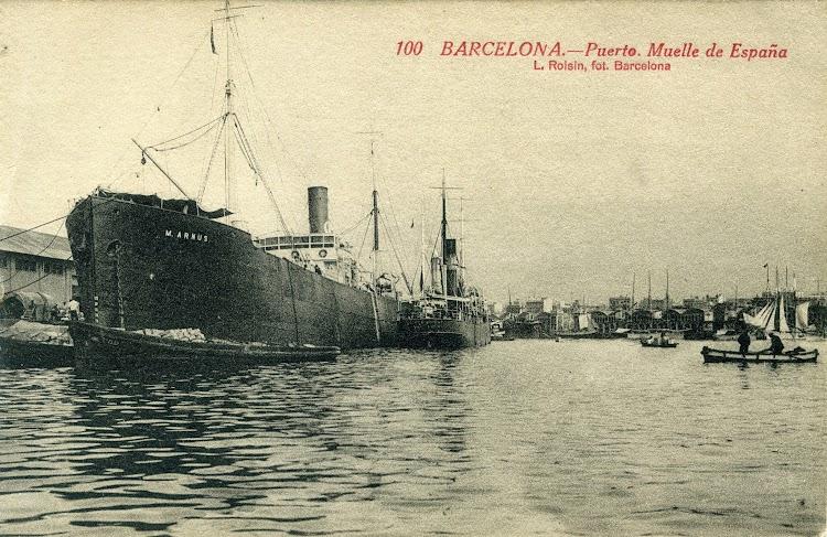 Vapores M. ARNUS y JAUME D´URGELL en Barcelona. Ca. 1920. Probablemente cuando ya se amarro la flota de los Taya. Postal.jpg