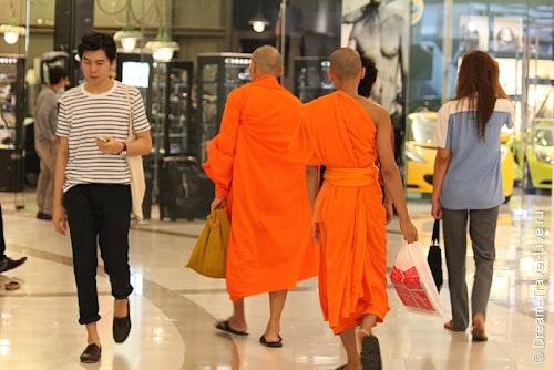 Даже монахи любят пошоппиться :)