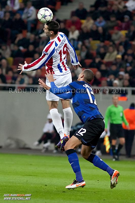 Bratislav Punosevic respinge balonul cu capul de langa Chris Smalling in timpul meciului dintre FC Otelul Galati si Manchester United din cadrul UEFA Champions League disputat marti, 18 octombrie 2011 pe Arena Nationala din Bucuresti.