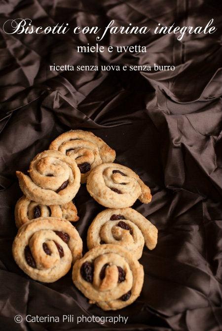 Biscotti con farina integrale ,miele e uvetta, ricetta senza uova e senza burro