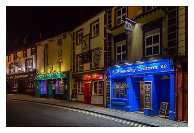 Abendliches Geocaching in Kilkenny - Pubs an der Hauptstrasse