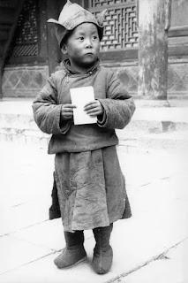 Đức Đạt Lai Lạt Ma lúc 4 tuổi tại Tu viện Kumbum ở Ambo, miền Đông Tây Tạng.