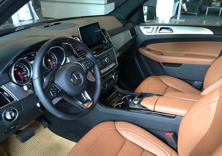 Nội thất xe Mercedes GLE 400 4Matic màu đen 06