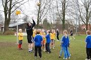 Schoolkorfbaltoernooi ochtend 17-4-2013 067.JPG