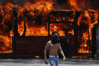Tuổi trẻ Venezuela hừng hực trong lửa đỏ cho một ngày mai tự do của họ.