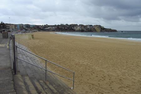 Obiective turistice Sydney: cea mai faimoasa plaja Bondy beach goala din cauza vremii mohorate
