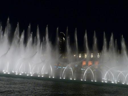 Obiective turistice Dubai: fantana dansatoare de la Burj Khalifa