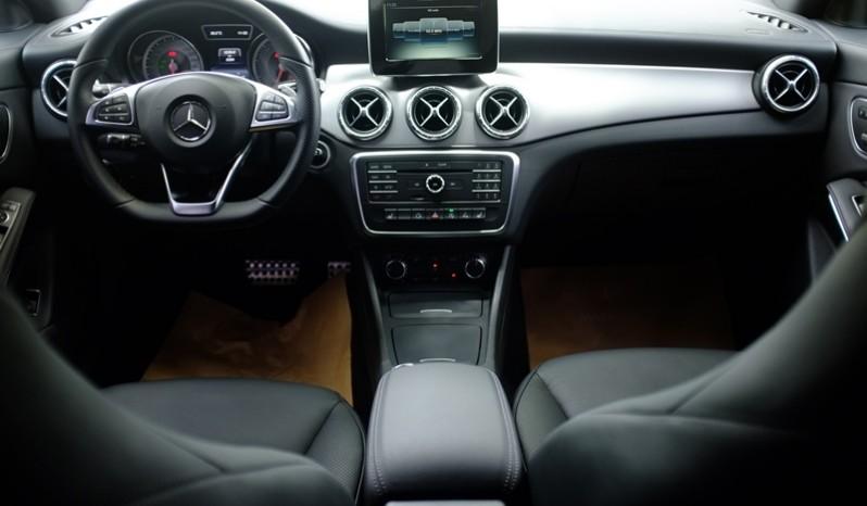Nội thất xe Mercedes Benz CLA250 cũ 2014 màu trắng 01
