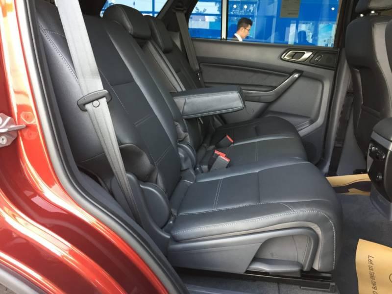 Nội thất xe Ford Everest 7 chỗ 2018 màu đen 08