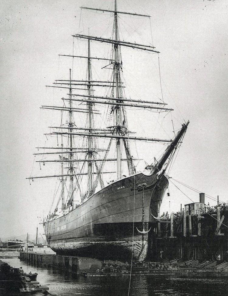 La barca IBERIA en el dique flotante y deponente de Barcelona. Foto de una memoria del puerto de Barcelona. Fecha desconocida.jpg