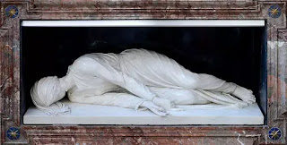 """Tác phẩm điêu khắc """"Martyrdom of Saint Cecilia"""" miêu tả lại di thể bất hoại mà Stefano Maderno đã chứng kiến trong chiếc quan tài. Tư thế tay của Thánh nữ ẩn dấu sự cầu nguyện và niềm tin vào Kitô giáo. Đây cũng chính là tư thế mà Thánh nữ đã nằm suốt 3 ngày 3 đêm trước khi ra đi"""