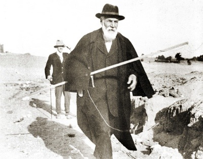 flinders-petrie_photo_in_abydos