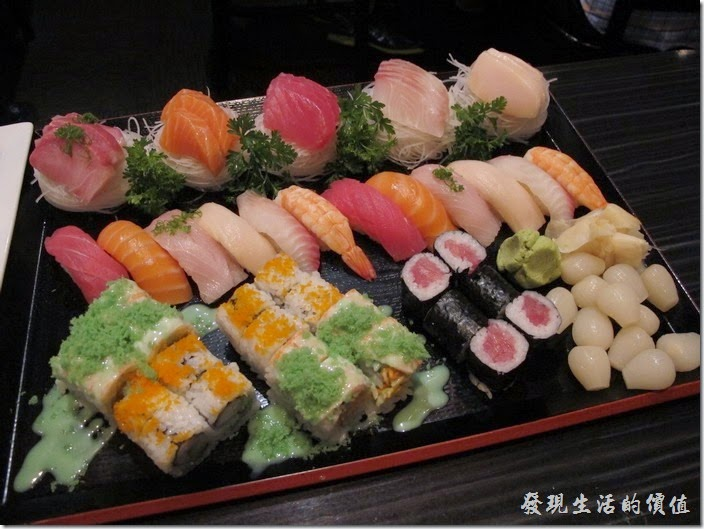美國-路易斯威爾(Louisville) Sake Blue日本料理。Delux combo綜合壽司,US$60,包含15片生魚片(Sashimi)、12個握壽司(Sushi)、加州卷(California Roll)、鮪魚卷(Tuna Roll)、Crunch Munch roll(Spicy crab topped with cooked shrimp, tempura flakes & wasabi dressing),超豐盛的一盤綜合壽司。