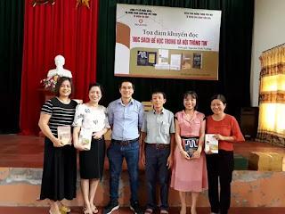 Công ty Eduking cũng trao tặng nhiều phần quà là sách cho thư viện thầy Đông, cho các bạn đọc thân thiết.