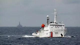 Tàu hải cảnh Trung Quốc (P) hộ tống tàu khảo sát Hải Dương Thạch Du 981, cách bờ biển Việt Nam 130 dặm, ngày 13/06/2019.