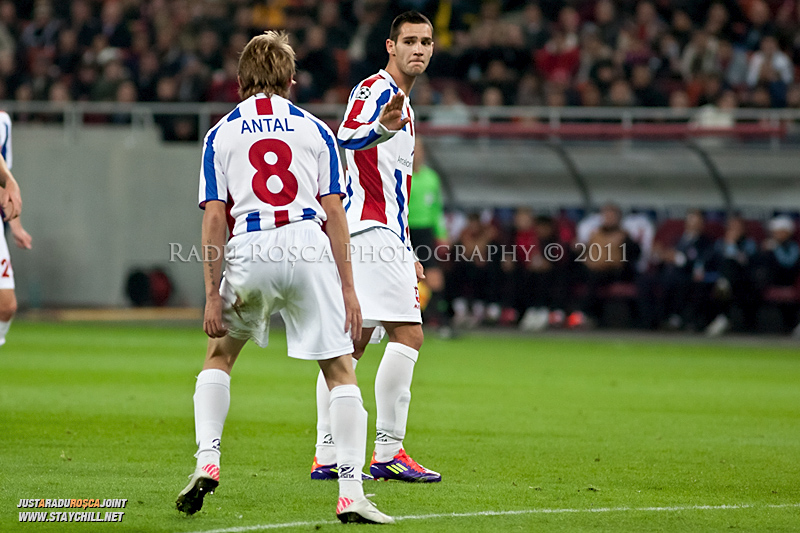 Liviu Antal (8) il cearta pe Bratislav Punosevic dupa o ratare in timpul meciului dintre FC Otelul Galati si Manchester United din cadrul UEFA Champions League disputat marti, 18 octombrie 2011 pe Arena Nationala din Bucuresti.