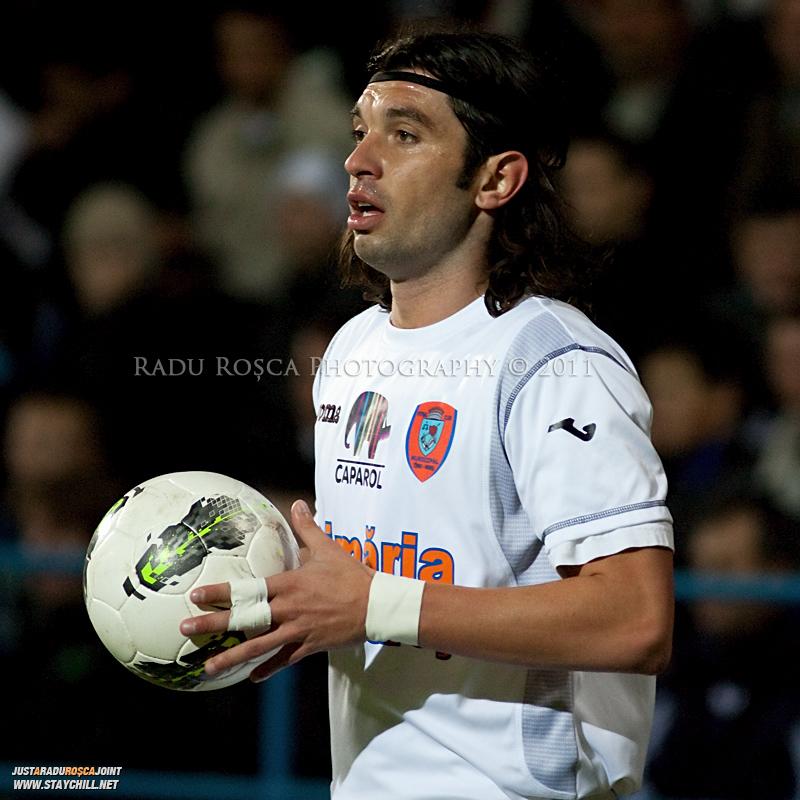 Borislav Topic de la FCM se pregateste sa repuna de la margine balonul in timpul meciului dintre FCM Tirgu Mures si FC Rapid Bucuresti din cadrul etapei a XIII-a a Ligii Profesioniste de Fotbal, disputat luni, 7 noiembrie 2011, pe stadionul Transil din Tirgu Mures.