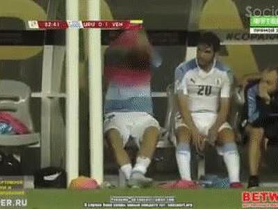 Full biểu hiện của Luis Suarez trên ghế dự bị khi chứng