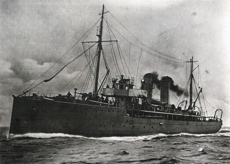 El sloop ACACIA, prototipo de la serie y gemelo del que luego seria el PRINCIPE DE ASTURIAS. Foto IWM. Del libro Warship 1989.jpg
