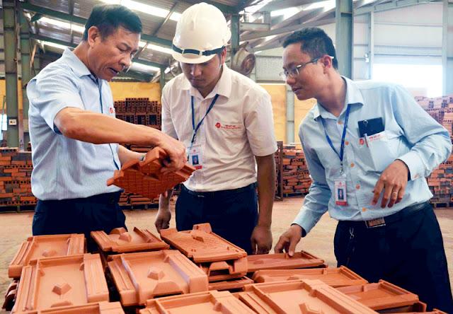 Anh hùng Lao động Nguyễn Quang Mâu, Chủ tịch HĐQT Công ty Gốm Đất Việt (ngoài cùng bên trái) luôn quan tâm, chăm chút cho từng sản phẩm.