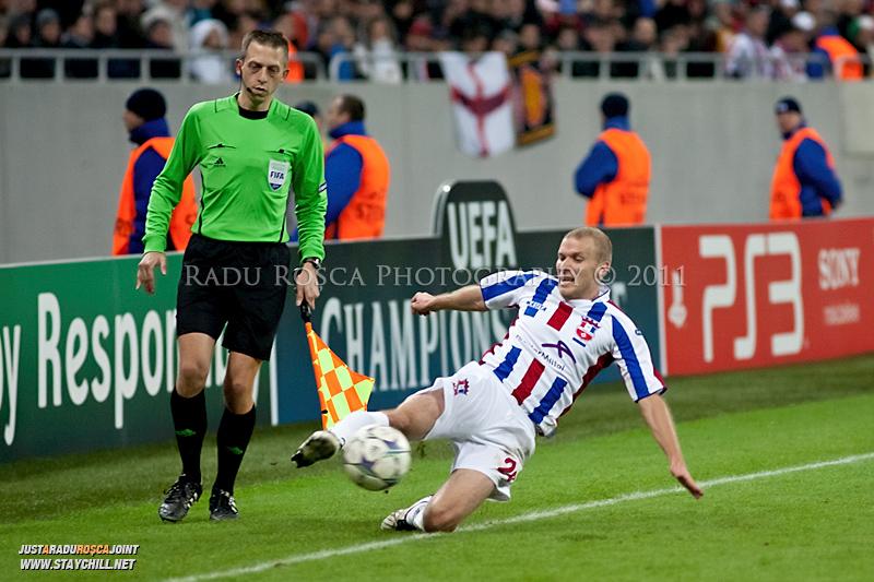 Ionut Neagu salveaza un balon de la a iesi in out in timpul meciului dintre FC Otelul Galati si Manchester United din cadrul UEFA Champions League disputat marti, 18 octombrie 2011 pe Arena Nationala din Bucuresti.