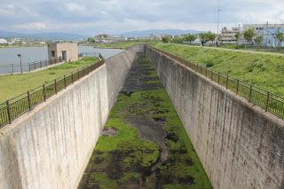 西除洪水吐を望む