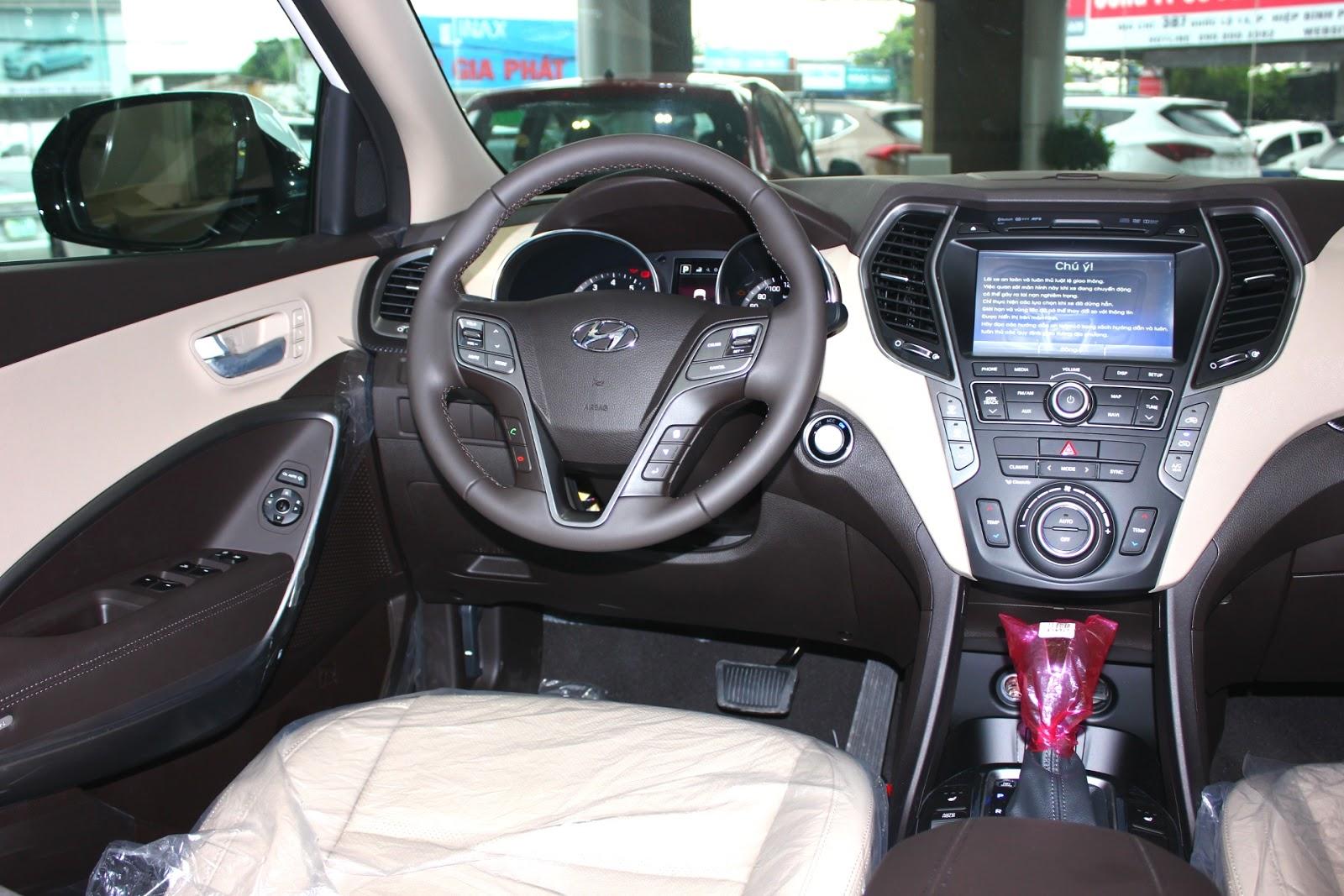 Nội thất xe Hyundai Santafe 7 Chỗ máy xăng màu trắng 023