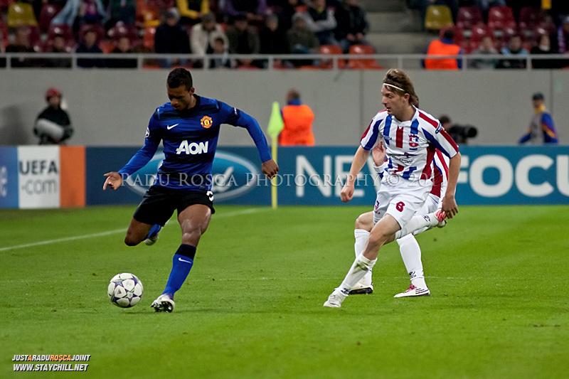 Nani si Liviu Antal se lupta pentru balon in timpul meciului dintre FC Otelul Galati si Manchester United din cadrul UEFA Champions League disputat marti, 18 octombrie 2011 pe National Arena din Bucuresti.