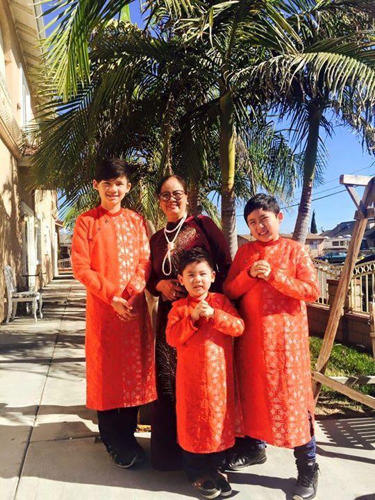 Cả 4 bà cháu đều diện áo dài Thuan Viet đi chúc Tết...