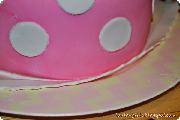 How-To-Make-a-Minnie-Mouse-Birthday-Cake (19)