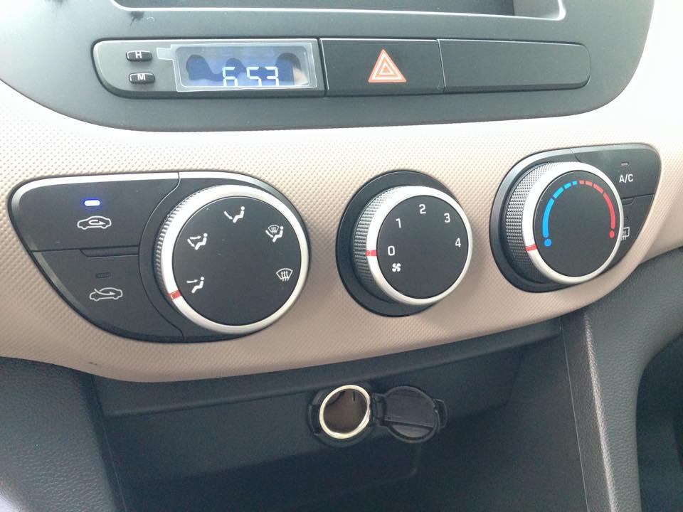Nội thất xe Hyundai Grand i10 Sedan màu bạc 09
