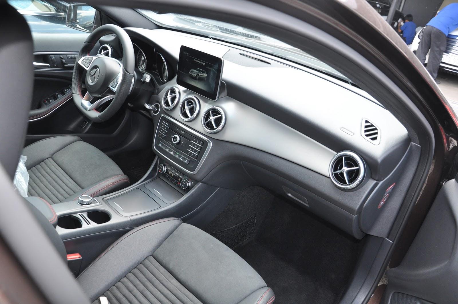 Nội thất xe Mercedes Benz GLA 250 4Matic màu trắng 03