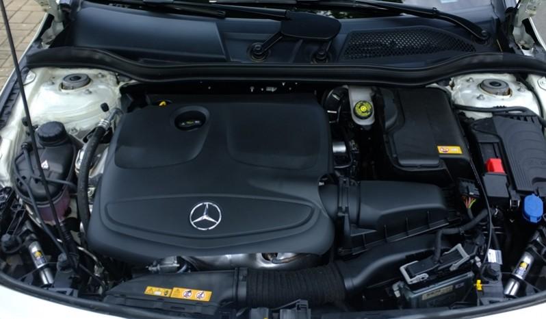 Nội thất xe Mercedes Benz CLA250 cũ 2014 màu trắng 010