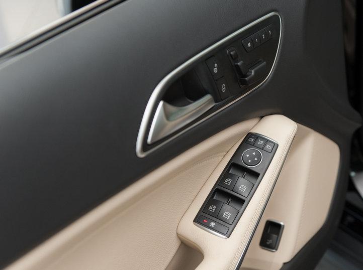 Nội thất xe Mercedes Benz GLA200 màu trắng 06
