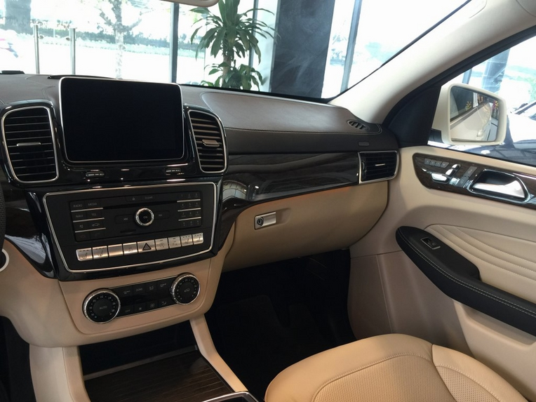 Nội thất xe Mercedes GLE 400 Coupe 4Matic màu trắng 08