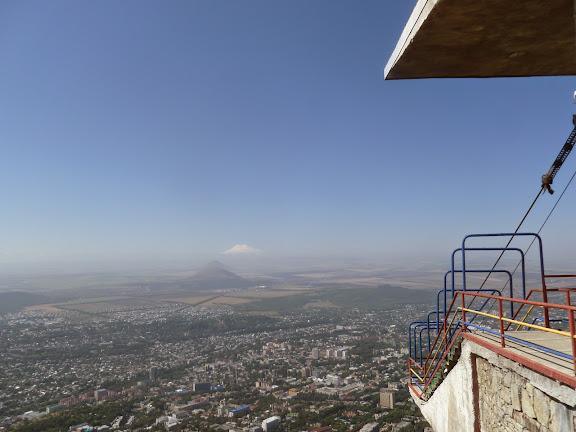 L'Elbruz depuis les heuteurs de Pyatigorsk (Kraï de Stavropol), 15 août 2014. Photo : J. Marquet