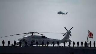 Các nhân viên quân sự trên khu trục hạm Izumo ở vịnh Sagami, ngoài khơi Yokosuka, Nhật Bản.