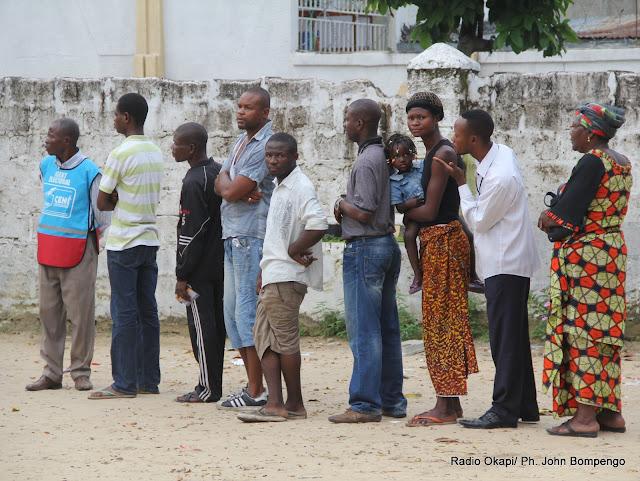 Des électeurs devant un bureau de vote le 28/11/2011  à Kinshasa, pour les élections de 2011 en RDC. Radio Okapi/ Ph. John Bompengo