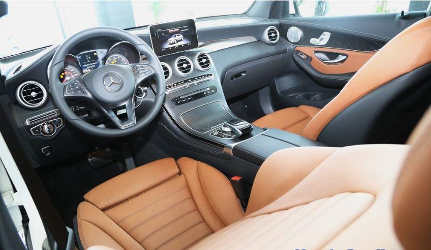 Nội thất xe Mercedes GLC 300 AMG màu đỏ 01