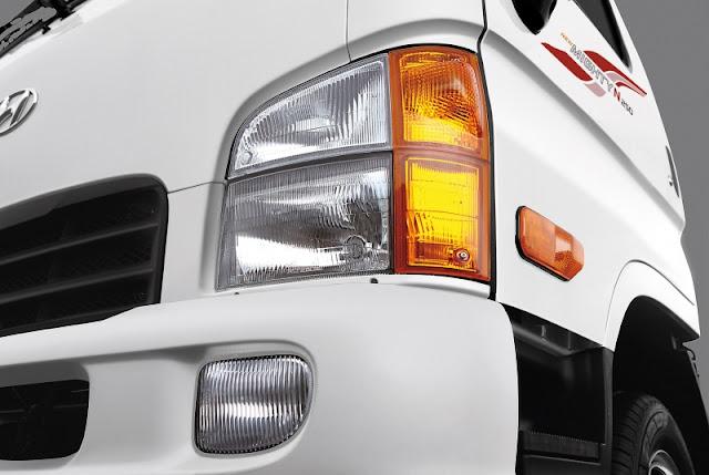 Xe tải Hyundai N250 bố trí của cụm đèn pha Halogen và đèn xi-nhan cỡ lớn