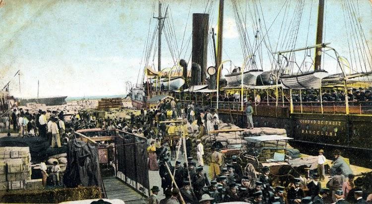 El vapor CIUDAD DE CADIZ embarcando tropas y pertrechos en Las Palmas. POSTAL.JPG