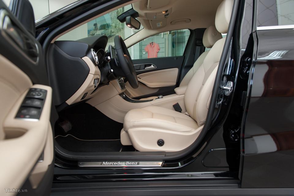 Nội thất xe Mercedes Benz GLA 200 Màu Đen 06