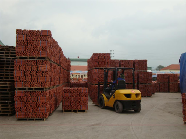 Vận chuyển ngói trong nhà máy