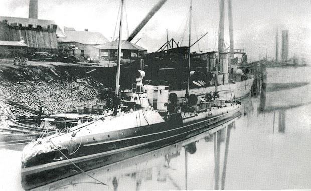 El WIBORG, un concepto parecido en cuanto a disposicion de maquinas. El buque que se percibe a su popa es el DESTRUCTOR. Del libro 50 AÑOS DE RETRATO NAVAL MILITAR. (1870-1920).jpg